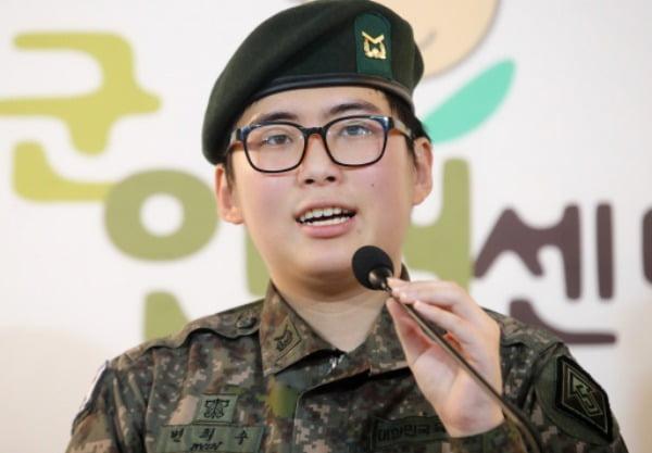 지난해 1월 성전환 수술을 받은 뒤 강제 전역 판정을 받은 변희수 전 하사가 서울 마포구 군인권센터에서 열린 기자회견에서 군의 강제 전역 조치에 대한 입장을 밝히고 있다. /사진=연합뉴스