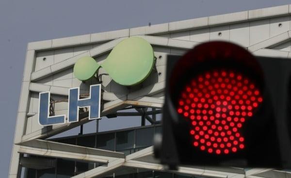 3일 오후 경남 진주시 충무공동 한국토지주택공사(LH) 본사 앞에 빨간 신호등이 켜 있다. [사진=연합뉴스]