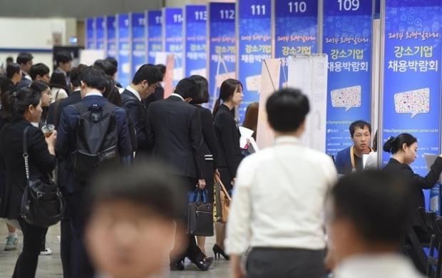 구직자들이 취업상담을 받기 위해 줄을 서서 기다리고 있는 모습. 사진=신경훈 기자 nicerpeter@hankyung.com