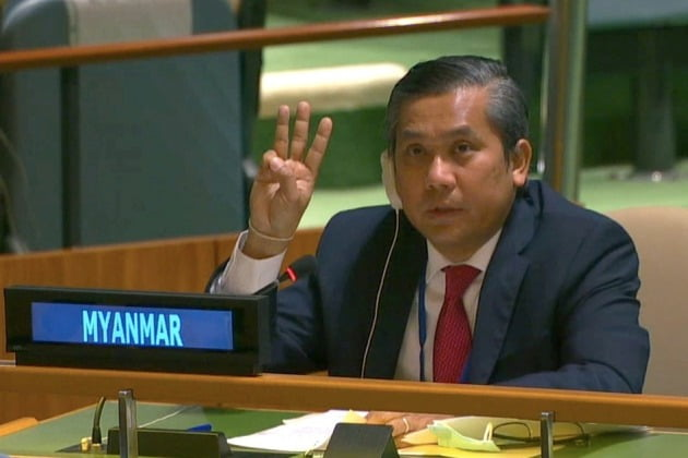 초 모 툰 주유엔 미얀마대사가 지난달 26일 유엔 총회 연설에서 미얀마의 민주주의 회복을 위한 국제사회의 도움을 촉구한 뒤 독재에 대한 저항을 상징하는 '세 손가락 경례'를 하는 모습.  /연합뉴스
