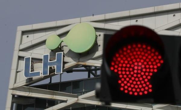 3일 오후 경남 진주시 충무공동 한국토지주택공사(LH) 본사 앞에 빨간 신호등이 켜 있다/사진=연합뉴스