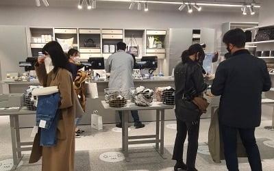 """""""샤넬 매장 대기줄인 줄"""" 200명 줄 세운 '아르켓'"""