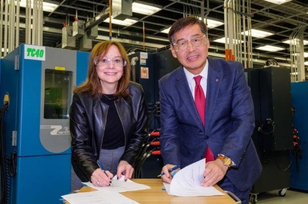 신학철 LG화학 부회장(오른쪽)과 메리 바라 GM 회장(왼쪽)이 2019년12월 미국 미시간주 GM 글로벌테크센터에서 배터리셀 합작법인 계약을 체결하고 있다. LG화학 제공.