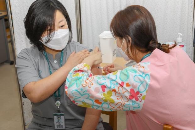 5일 강릉아산병원 의료진이 아스트라제네카 코로나19 백신을 자체 접종하고 있다. 사진=연합뉴스