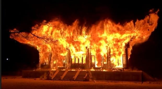 5일 오후 6시 50분께 전북 정읍시 내장사 대웅전에서 불이 나 불꽃이 치솟고 있다. 사진=전북소방본부 제공