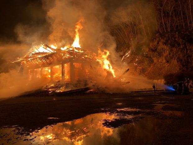 5일 오후 6시 37분께 전북 정읍시 내장사 대웅전에서 방화로 추정되는 불이 나 불꽃이 치솟고 있다. 사진=전북소방본부 제공