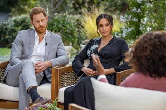 영국 해리 왕자 부부가 오프리 윈프리와 인터뷰하고 있는 모습. 월스트리트저널 제공