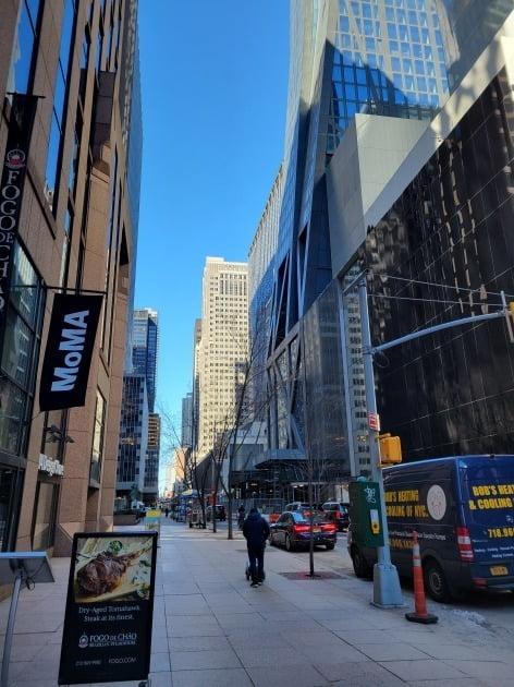 미국의 지난달 실업률이 또 떨어지는 등 경제가 살아날 조짐을 보이고 있다. 사진은 뉴욕 맨해튼의 최근 거리 모습. 뉴욕=조재길 특파원