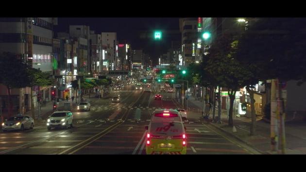 """""""응급 차량 앞에 파란 신호등만""""...KT, 스마트 디지털 도로 광고 공개"""