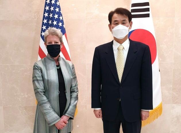 정은보 한미 방위비분담협상대사(오른쪽)와 도나 웰튼 미국 국무부 방위비분담협상대표가 미국 워싱턴DC에서 한미 방위비분담특별협정(SMA) 체결을 위한 회의에 참석한 모습./ 외교부 제공