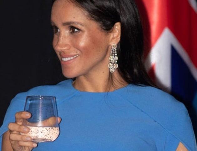 모하메드 빈 살만 왕세자에게 선물받은 귀걸이를 착용한 메건 마클 왕자비. [사진=유튜브 캡처]