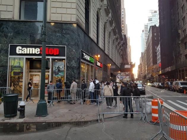 작년 11월 블랙 프라이데이 당일 미국 뉴욕 맨해튼의 게임스톱 매장 앞에 긴 줄이 생겼다. 한경DB
