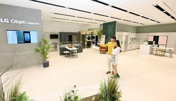 국내 백화점 내 LG전자 베스트샵 매장 가운데 가장 큰 규모인 서울 여의도의 더현대 서울점에 조성된 공간 인테리어 가전 'LG 오브제컬렉션' 체험존/사진제공=LG전자
