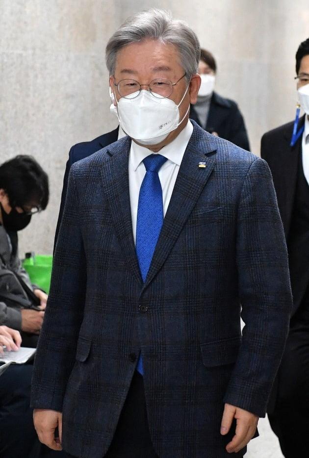 이재명 경기지사가 9일 국회에서 열린 비공개 당무위원회에 참석하고 있다. 연합뉴스