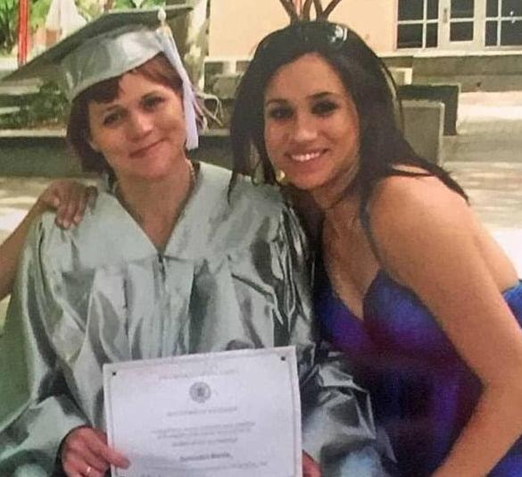 서맨사 마클이 자신의 대학 졸업식에서 이복 동생인 메건 마클과 찍은 사진. 사진 출처='서맨사 마클' 트위터 화면 캡처