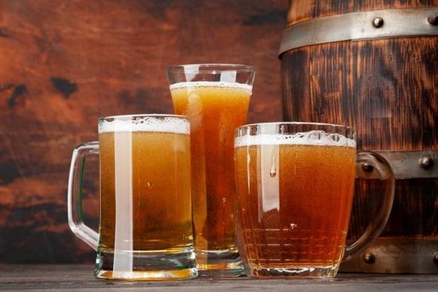 신종 코로나바이러스 감염증(코로나19)으로 혼술 문화가 확산하며 성인들이 술 마시는 횟수도 증가한 것으로 조사됐다./사진=게티이미지