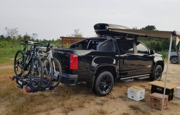 자전거를 싣고 타프를 장착한 쉐보레 픽업트럭 리얼 뉴 콜로라도 모습. 사진=한국GM