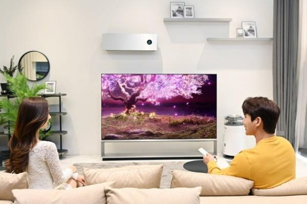 LG전자가 TV 사업 55주년을 맞아 내달 말까지 전국 오프라인 매장에서 LG 올레드 TV를 구매하는 고객에게 모델에 따라 다양한 구매 혜택을 제공한다. LG전자 모델들이 세계 최초 8K 올레드 TV인  LG 시그니처 올레드 8K를 소개하고 있다/사진제공=LG전자