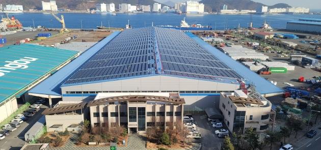 에스와이가 시공하고 3월부터 상업 가동을 시작한 부산항만 물류센터 지붕태양광.   에스와이 제공