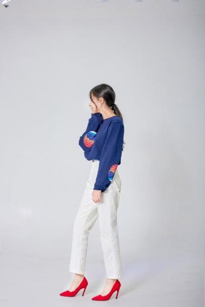 백두산 문양이 새겨진 티셔츠를 입고 있는 강지현 아이스토리 대표. 강 대표는 북한에 남아있는 가족의 신변 보호를 위해 얼굴의 일부분만 촬영하길 요구했다.