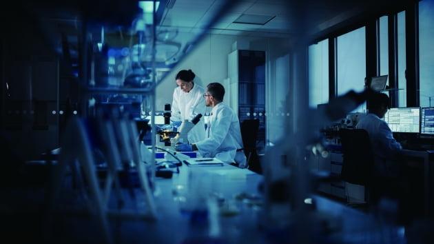 최신의 실험 모델보다 고전적인 방법으로 신약 개발에 성공한 사례가 종종 발생한다. 실험 과정에서 이런 융통성이 발휘되기 위해서는 연구자들의 연구 자율성이 우선되어야 한다.