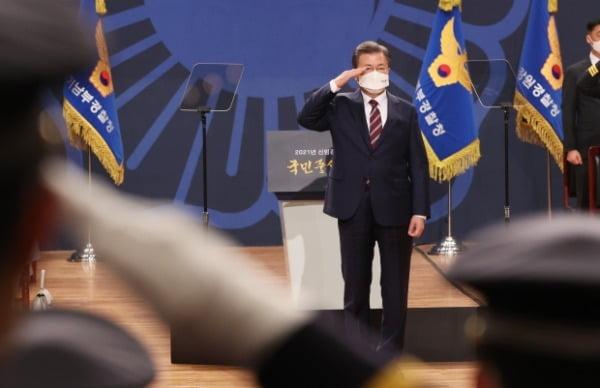 문재인 대통령이 12일 오후 충남 아산시 경찰대학에서 열린 신임 경찰 경위·경감 임용식에 참석, 경례를 받고 있다. /사진=연합뉴스