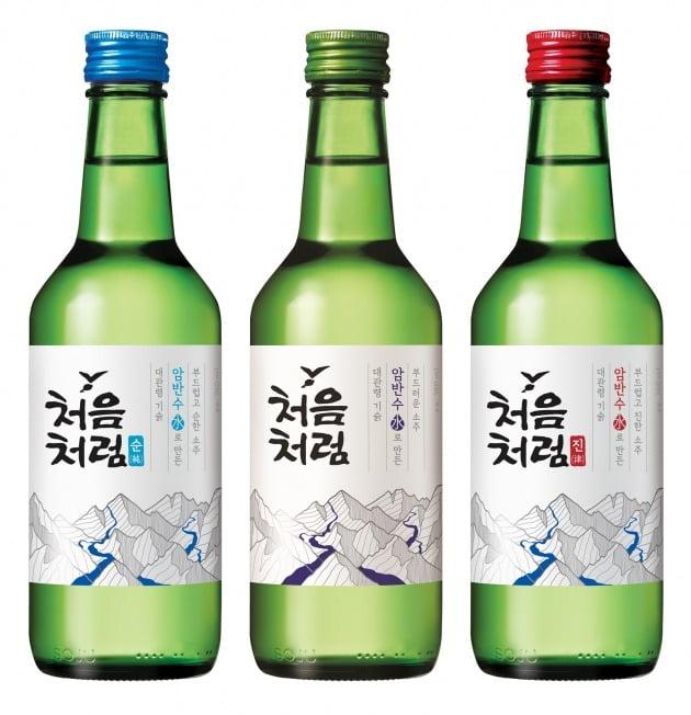 롯데칠성음료는 소주 '처음처럼 순한'의 제품명을 '처음처럼 순'으로 바꾸고 알코올 도수도 기존 16.5도에서 16도로 0.5도 낮춘다고 12일 밝혔다. 사진=롯데칠성음료