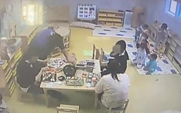 사진은 인천 서구 한 국공립 어린이집 아동피해 아동의 부모가 공개한 자료화면. 보육교사들이 고기를 구워 먹고 있고, 아이들은 매트 위에 모여 앉아서 노트북으로 미디어 영상을 바라보고 있다. 사진=연합뉴스