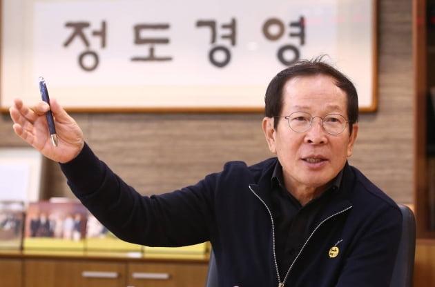 10평으로 시작한 '치킨왕' 교촌 권원강 회장…사재 100억 기부