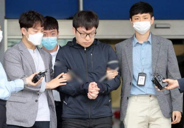 텔레그램 성착취 '박사방' 조주빈의 범행을 도운 혐의를 받고 있는 남경읍이 지난해 7월15일 오전 서울 종로경찰서에서 검찰에 송치되는 모습 [사진=뉴스1]
