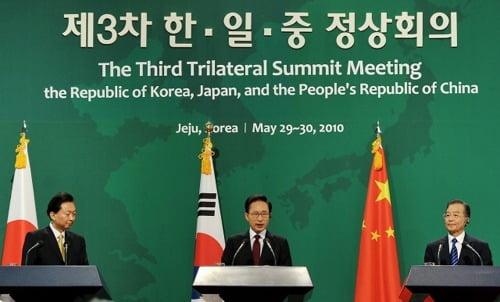 이명박 전 대통령(가운데)과 원자바오 중국 총리(오른쪽), 하토야마 유키오 전 일본 총리가 2010년 5월 30일 제주 국제컨벤션센터(ICC)에서 공동기자회견을 하고 있다. 사진=연합뉴스
