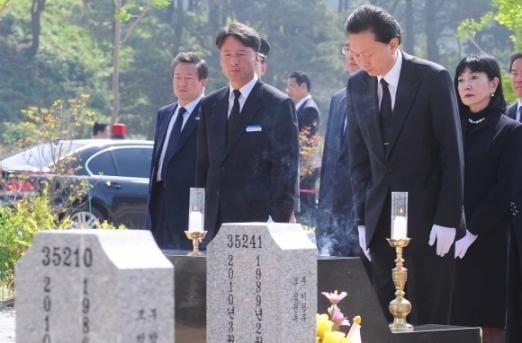 하토야마 유키오 전 일본 총리가 2010년 5월29일 국립대전현충원 천안함 46용사 합동묘역에 참배하는 모습. 사진=연합뉴스