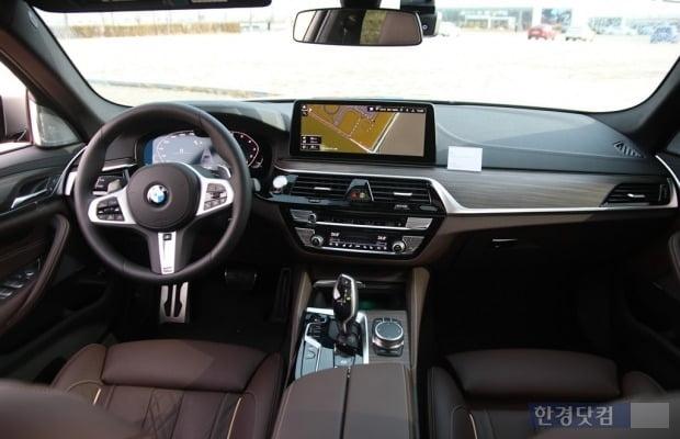 여느 5시리즈와 다르지 않은 BMW M550i x드라이브 실내 모습. 사진=오세성 한경닷컴 기자