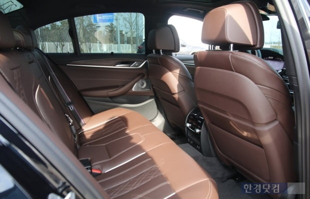 모카 브라운 시트가 고급스러운 BMW M550i x드라이브 뒷좌석. 사진=오세성 한경닷컴 기자