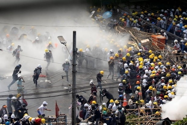 미얀마 최대 도시 양곤에서 벌어진 군부 쿠데타 규탄 시위 현장에 경찰이 발사한 최루 가스가 자욱하다/사진=REUTERS