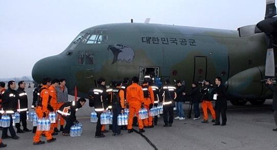 한국 긴급구조대원들이 2011년 3월 14일 경기 성남시 서울공항에서 동일본대지진 구조 활동을 위해 일본 야마가타공항으로 가는 공군 수송기에 오르고 있다./ 공군 제공