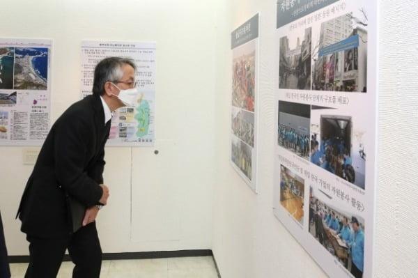 아이보시 고이치 주한 일본대사가 지난 11일 서울 운니동 주한일본대사관 공보문화원에서 열린 `동일본 대지진으로부터 10년, 감사와 부흥' 기념행사를 마친 뒤 동일본 지진 재해 부흥 전시를 관람하고 있다. 사진공동취재단
