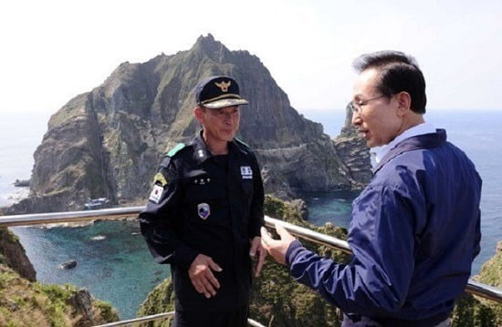 이명박 전 대통령이 2012년 8월 10일 전격적으로 독도를 방문한 뒤 경비대원과 이야기하고 있는 모습. 사진=연합뉴스