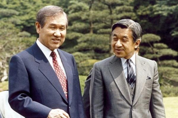 1990년 5월 25일 일본 도쿄를 방문한 노태우 전 대통령과 아키히토 일왕이 아카사카 정원을 산책하는 모습. 사진=연합뉴스