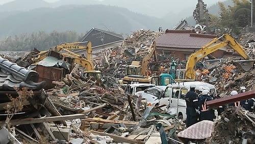 동일본대지진이 발생한지 사흘이 지난 2011년 3월 14일 일본 이와테현 리쿠젠타카타시 쓰나미 피해지역에서 중장비를 동원한 실종자 수색작업이 진행되고 있는 모습. 사진=연합뉴스