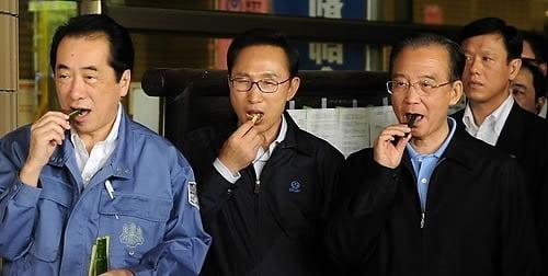 이명박 전 대통령과 원자바오 중국 총리(오른쪽), 간 나오토 전 일본 총리가 2011년 5월 일본 미야기현 아즈마 종합운동공원내 실내체육관에서 지역 농산물의 우려를 불식시키기 위해 오이를 시식하고 있다. 사진=연합뉴스