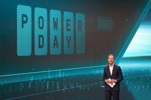 헤르베르트 디스 폭스바겐 최고경영자(CEO)가 지난 15일(현지시각) 독일 볼프스부르크에 개최한 '파워 데이'에서 전기차 배터리 자체 생산 확대 방침 등을 발표하고 있다. /사진제공=폭스바겐코리아