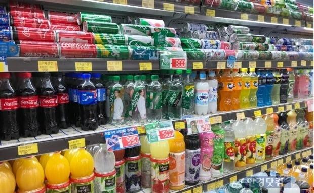 서울시내 한 마트 음료 진열대에 음료가 진열돼있다./사진=이미경 기자