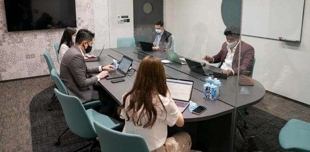 싱가포르가 세계 최초로 선보인 비즈니스 전용 버블(비격리) 시설인 '커넥트 엣 창이(connect@changi)' 회의실. 4~11인까지 수용할 수 있는 회의실은 바닥부터 천장까지 밀페유리를 설치하고 각 회의실마다 개별 환기시스템을 갖췄다.