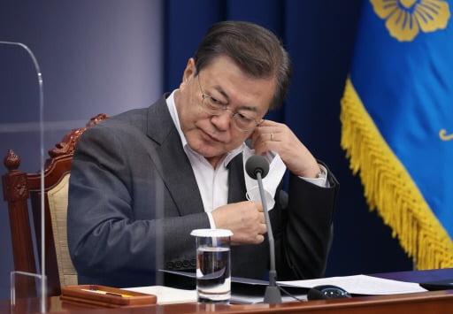 문재인 대통령이 지난 22일 오후 청와대 여민관에서 열린 수석보좌관회의에 참석해 마스크를 벗고 있다. 청와대사진기자단