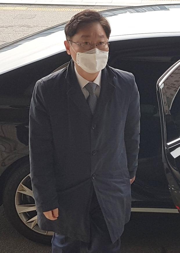 박범계 법무부 장관이 24일 오전 과천청사 법무부에 출근하고 있다. 사진=연합뉴스