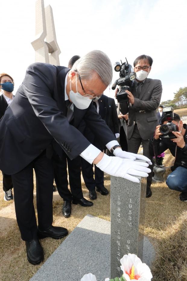 광주를 찾은 국민의힘 김종인 비상대책위원장이 24일 오전 국립 5·18 민주묘지의 열사 묘역을 참배하고 있다. 사진=연합뉴스