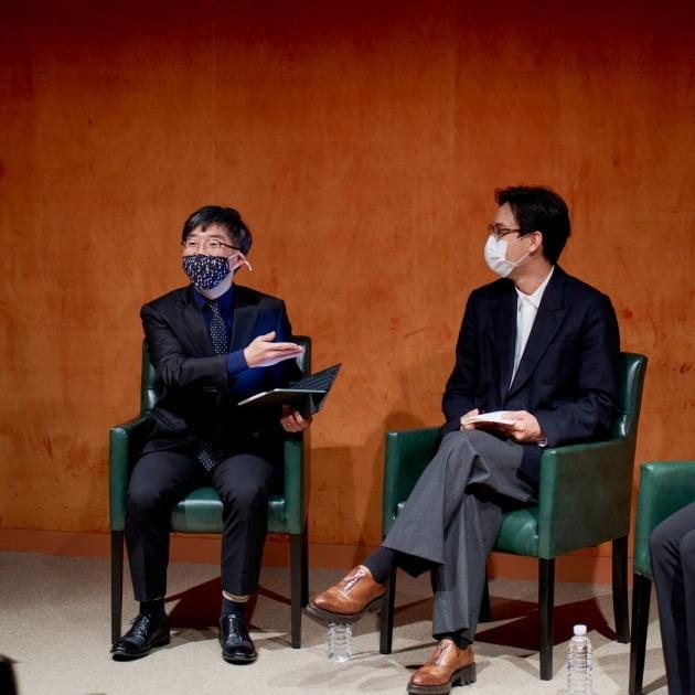 작곡가 김택수(왼쪽)와 피아니스트 김정원이 22일 풍월당에서 열림 청음회를 통해 김택수의 새 음반 '플레이풀'에 대해 설명하고 있다. 크라이스클래식 제공