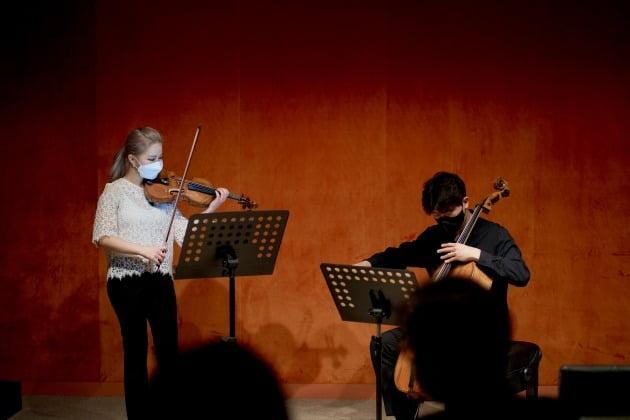 바이올리니스트 김계희와 첼리스트 문태국이 22일 풍월당에서 김택수의 '빨리 빨리'를 연주하고 있다.  크라이스클래식 제공