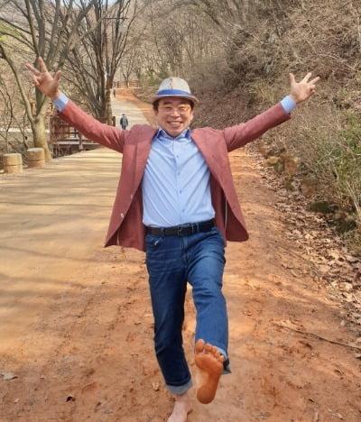 계족산 황톳길을 걷고 있는 조웅래 맥키스컴퍼니 회장. 정의진 기자